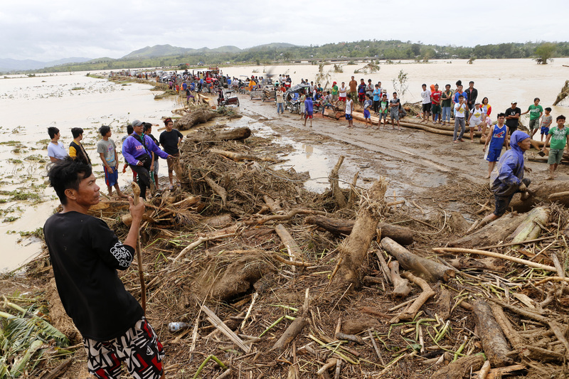 In this picture shows stranded motorists in the aftermath of typhoon Koppu that hit Palayan city, Nueva Ecija province, Monday, October 19, 2015. Typhoon Koppu smashed in the Northern Philippines causing widespread damages to properties and crops as well displacing thousands of people. ÊÊ