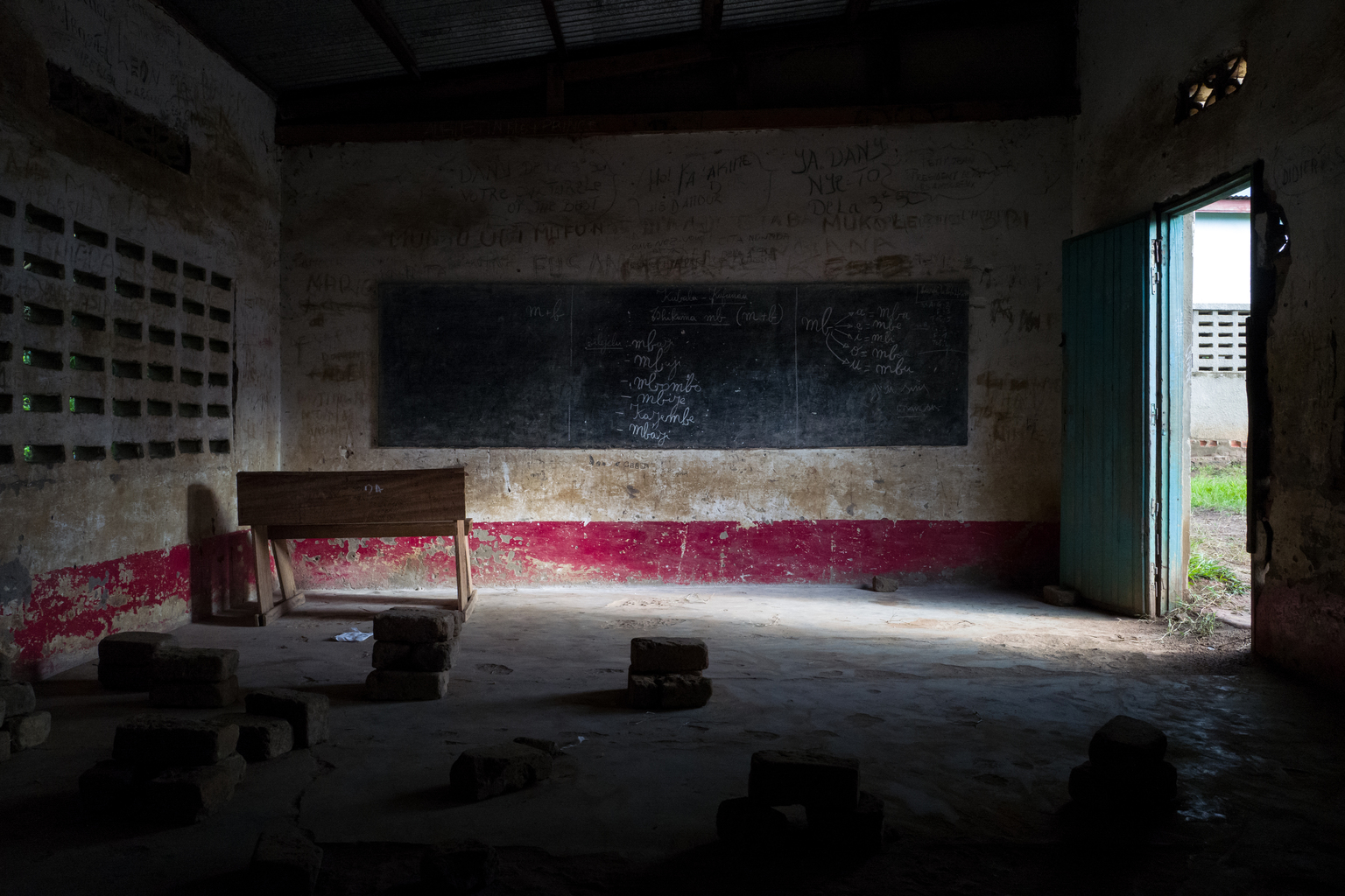 Tshinyama Primary School is one of four schools plundered during the clashes between Kamuina Nsapu movement rebels and the police in March 2017 in Nganza commune, 4km from Kamina, the capital of Kasai province Occidental, Democratic Republic of the Congo. - L'école primaire Tshinyama est l'une des quatre écoles pillées lors des affrontements entre les rebelles du mouvement Kamuina Nsapu et les forces de l'ordre en mars 2017 dans la commune de Nganza, à 4km de Kamina, capitale de la province du Kasaï Occidental, en République Démocratique du Congo. In August 2016, fighting broke out in one of the Democratic Republic of Congo's (DRC) poorest regions - Kasai - after a traditional leader was killed in clashes with security forces. The situation deteriorated in 2017, unleashing a wave of violence that has now engulfed nine of the country's 26 provinces.
