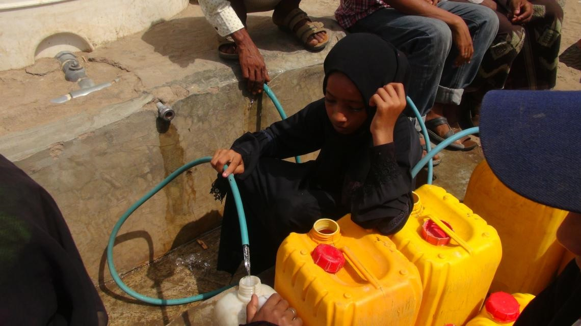 ©UNICEF/UN0216977/Ayyashi On 9 June 2018 in Yemen, a girl fills jerrycans with safe water at a UNICEF-supported water point in a neighborhood on the outskirts of Hodeidah.