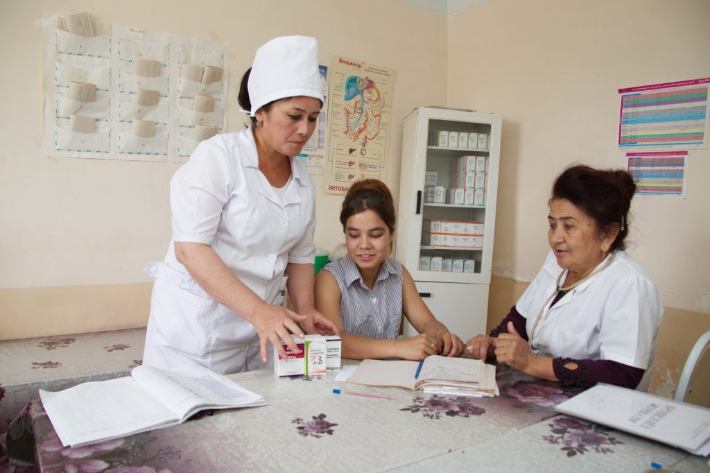 ©UNICEF/2018/Uzbekistan Azima, who lives with HIV in Uzbekistan, has been taking antiretroviral therapy for seven years now. In the HIV Day Care Centre in Tashkent she helps her peers to adhere to the therapy through her own inspiring example.